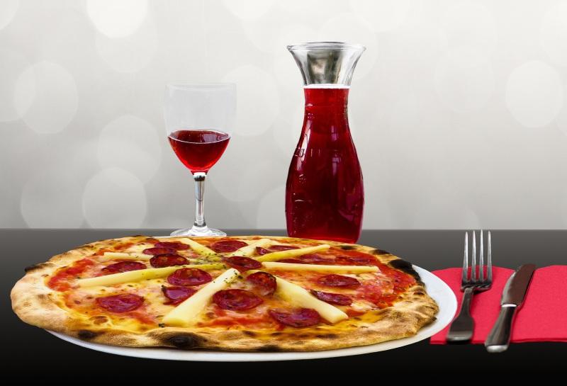 Pizza mit Rotwein